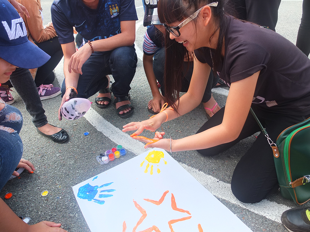 Giấy Lan Vi | Các bạn tân sinh viên thích thú tô màu các tác phẩm của đội mình