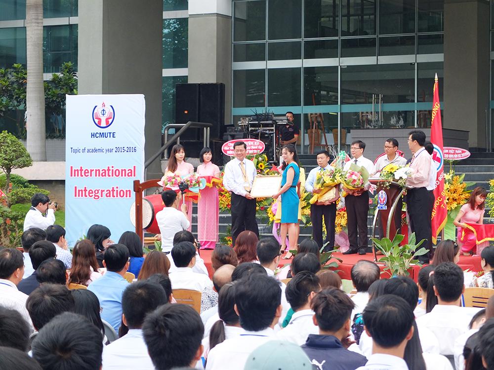 Giấy Lan Vi | Giấy Lan Vi nhận kỉ niệm chương ghi nhận sự đóng góp từ phía trường ĐH SPKT TP.HCM