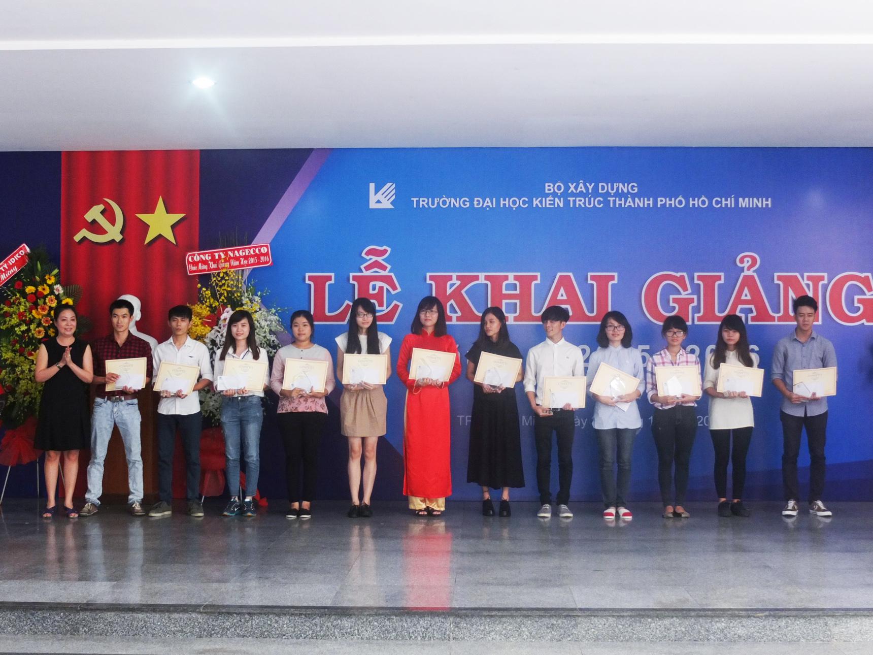 Giấy Lan Vi | Các bạn sinh viên khoa Mỹ Thuật Công Nghiệp nhận học bổng Confetti